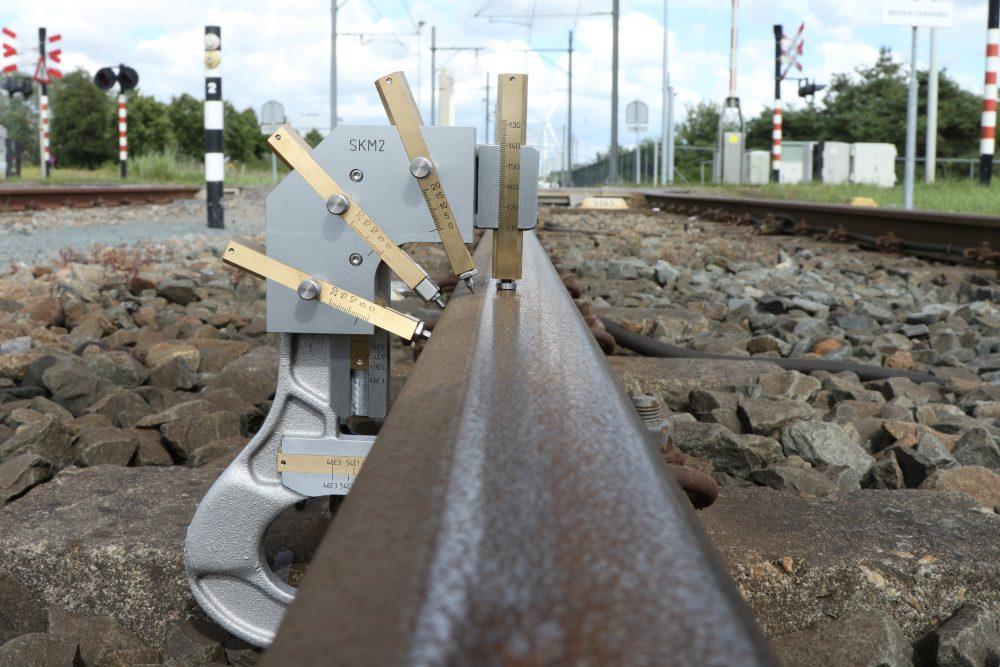 Railprofielmeter het meten van de slijtage aan de kop van de spoorstaaf